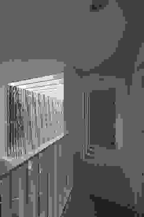 Pasillos, vestíbulos y escaleras de estilo moderno de eu建築設計 Moderno