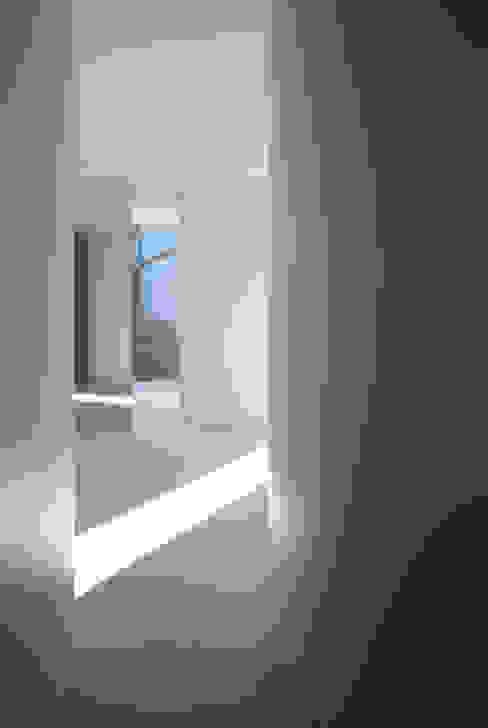 House in Komae:  Makoto Yamaguchi Designが手掛けた廊下 & 玄関です。,モダン