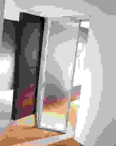 MILO LIBRO Finestre & Porte in stile moderno di MOVI ITALIA SRL Moderno