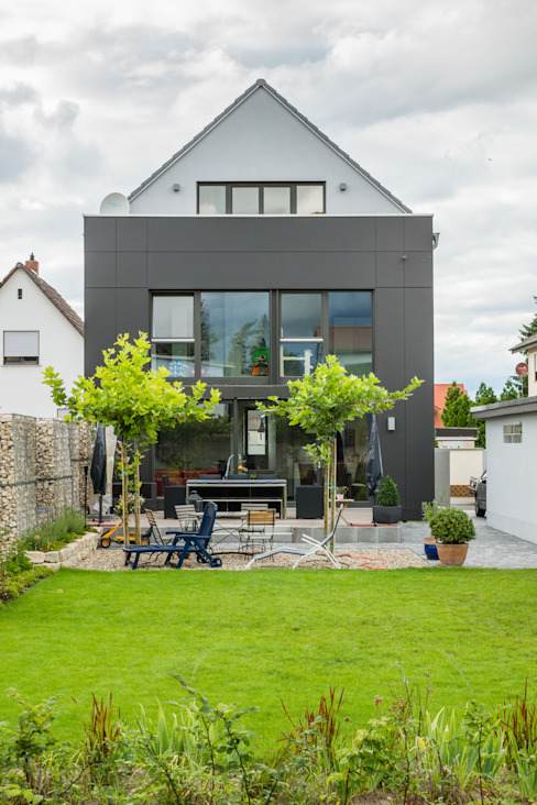Box House - Single Family House in Lorsch, Germany Helwig Haus und Raum Planungs GmbH Jardines de estilo moderno