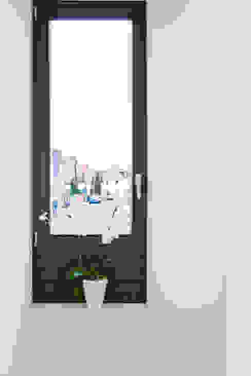 ระเบียงและโถงทางเดิน โดย Helwig Haus und Raum Planungs GmbH,