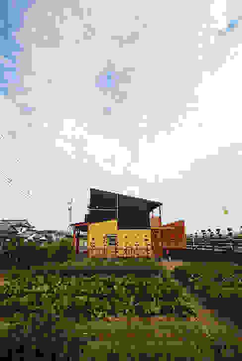 連格子のある家 Atelier繁建築設計事務所 モダンな庭