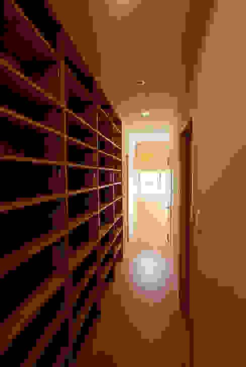 連格子のある家 Atelier繁建築設計事務所 モダンスタイルの 玄関&廊下&階段