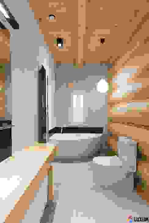Modern bathtub Moderne Badezimmer von Luxum Modern
