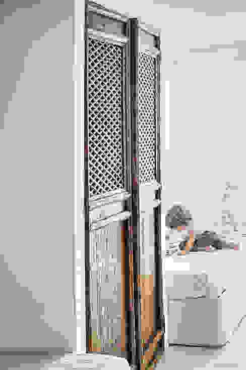 Un dettagio Stanza dei bambini in stile rustico di STUDIO PAOLA FAVRETTO SAGL Rustico Legno Effetto legno