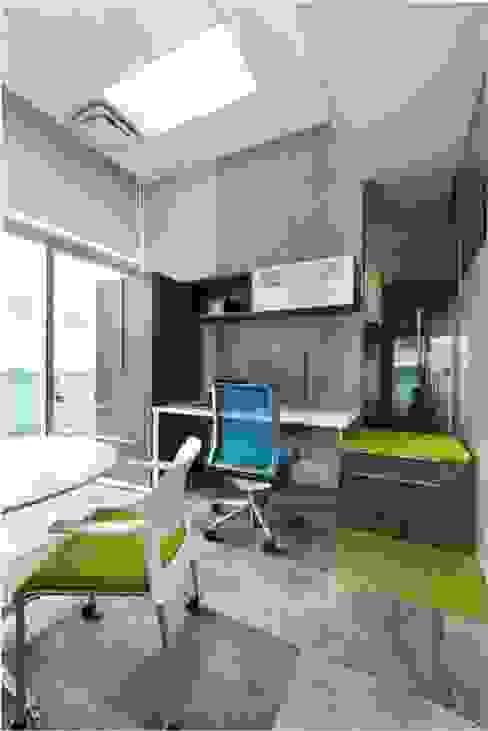 Oficina con acentos de color de homify Moderno