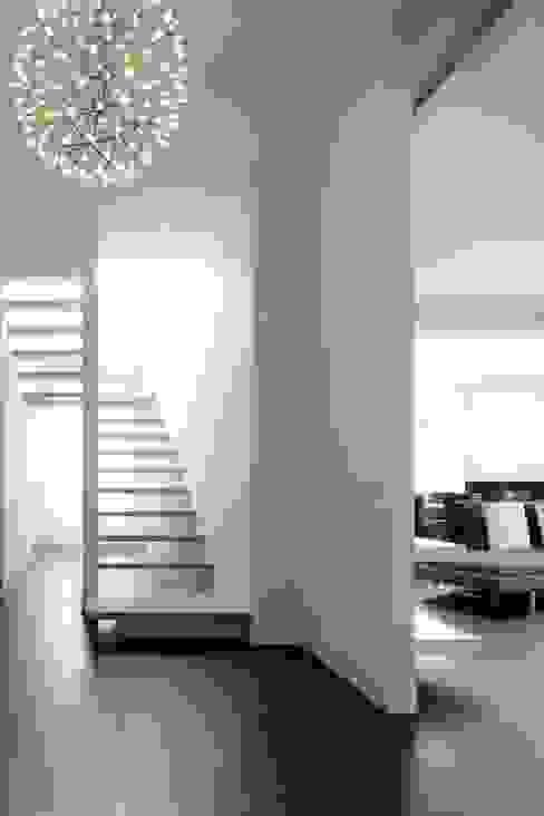 Modern corridor, hallway & stairs by ANG42 Modern