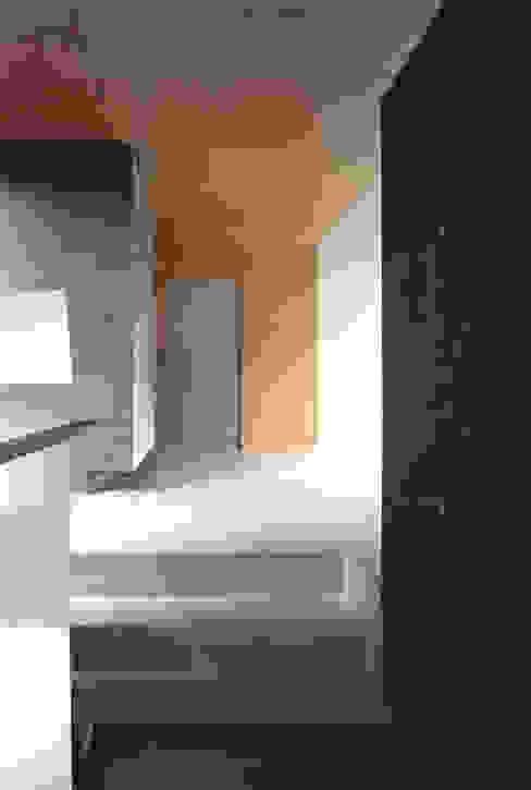 階段部を玄関ホール側へ見返す JWA,Jun Watanabe & Associates モダンスタイルの 玄関&廊下&階段