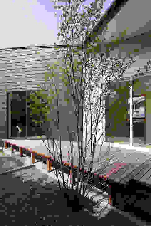 Balcony, Veranda and Terrace by ウタグチシホ建築アトリエ/Utaguchi Architectural Atelier