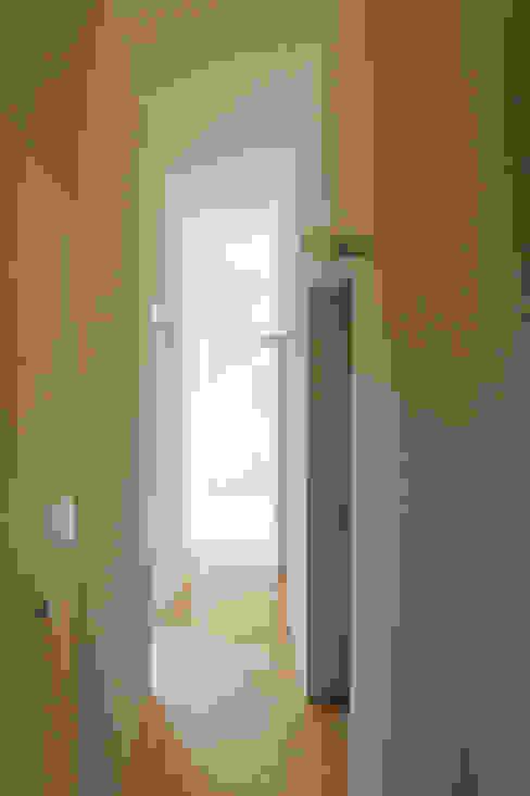 Corridor, hallway & stairs by ウタグチシホ建築アトリエ/Utaguchi Architectural Atelier