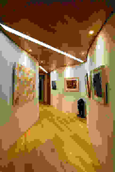 Modern corridor, hallway & stairs by GIP Modern