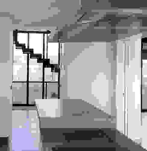 """VIVIENDA UNIFAMILIAR AISLADA EN """"VIÑAS DE SON VERÍ"""", MALLORCA Pasillos, vestíbulos y escaleras de estilo moderno de JAIME SALVÁ, Arquitectura & Interiorismo Moderno"""