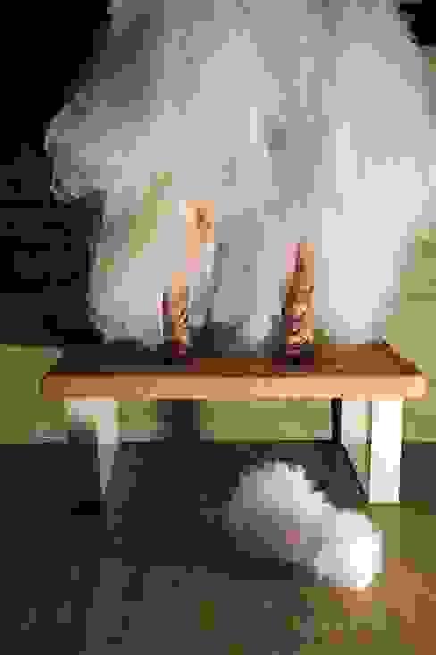 Table basse en bois avec piètement blanc par Du Côté de l'Atelier Moderne