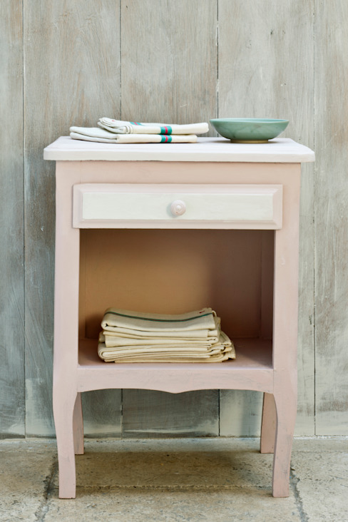 Bedside table painted in Chalk Paint decorative paint by Annie Sloan Annie Sloan 臥室床頭櫃