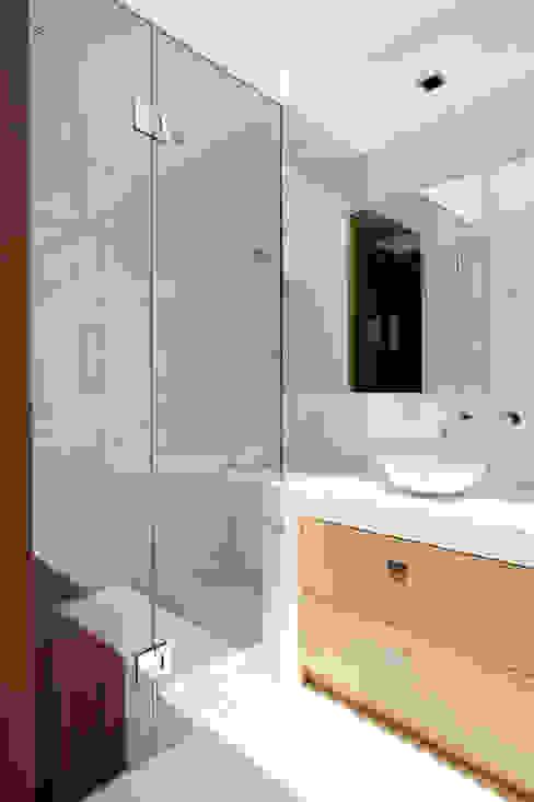 Casa V: Baños de estilo  por Serrano Monjaraz Arquitectos, Moderno