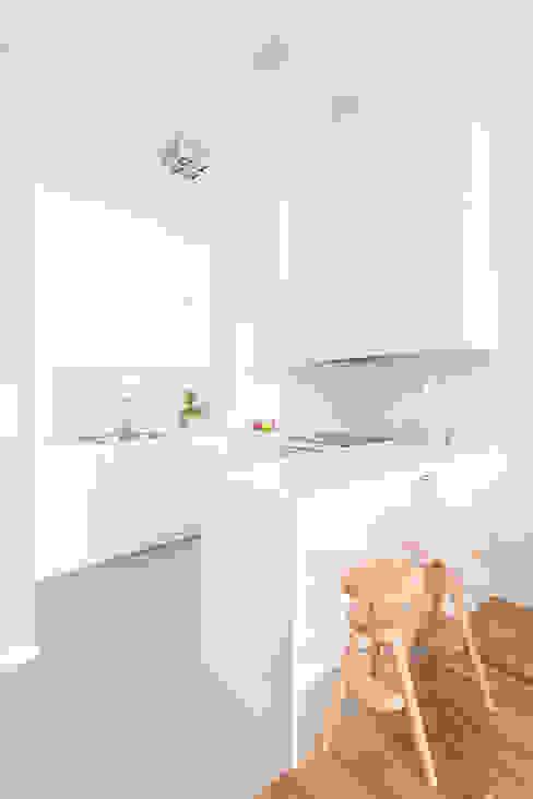 Cucina minimalista di MEEKO Architekci Minimalista