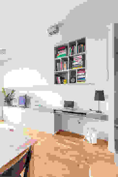 Zabudowa meblowa w salonie.: styl , w kategorii Pokój multimedialny zaprojektowany przez MEEKO Architekci,Minimalistyczny