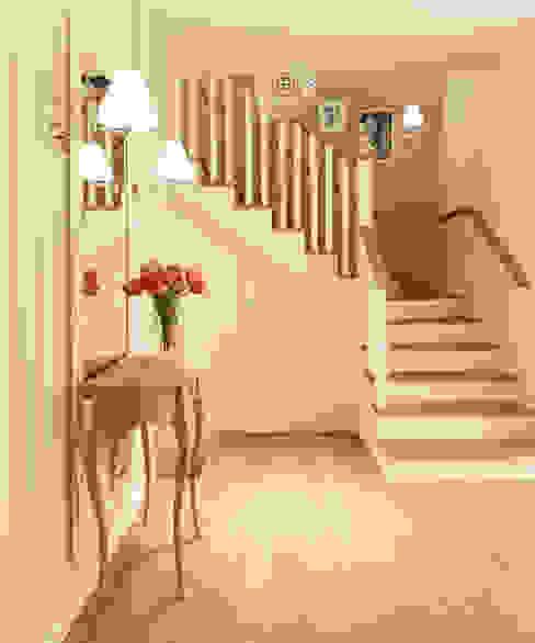 Pasillos, vestíbulos y escaleras de estilo clásico de dziurdziaprojekt Clásico