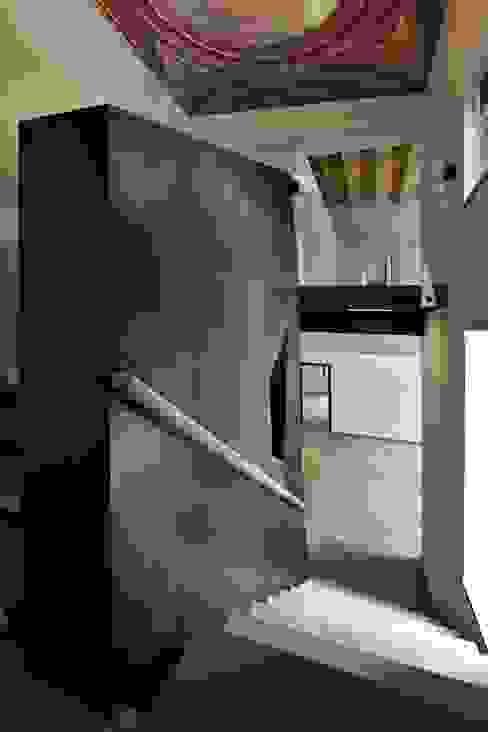 CASTELLO CECONI - INTERNI Ingresso, Corridoio & Scale in stile moderno di Elia Falaschi Fotografo Moderno