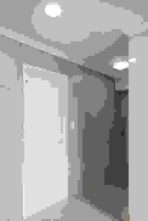 D Apartment (106sqm.): By Seog Be Seog | 바이석비석의  베란다,모던