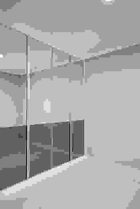 Modern dressing room by By Seog Be Seog | 바이석비석 Modern