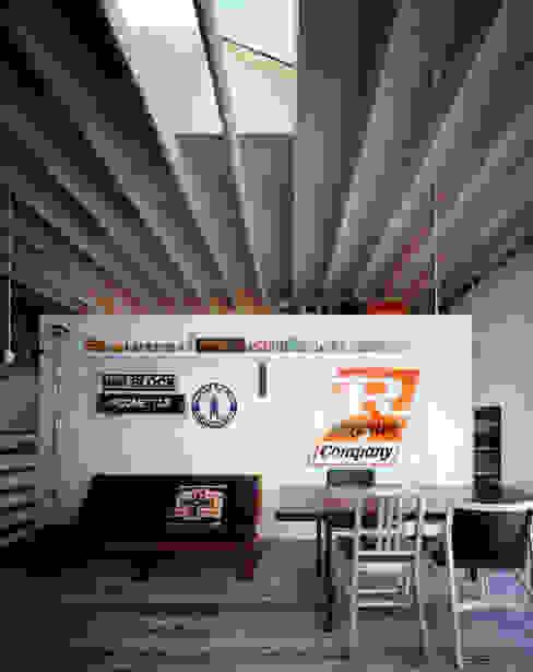 house which shares light Moderne Wohnzimmer von 津野建築設計室/troom Modern