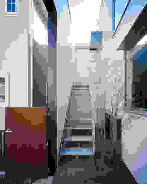 house which shares light Moderner Balkon, Veranda & Terrasse von 津野建築設計室/troom Modern