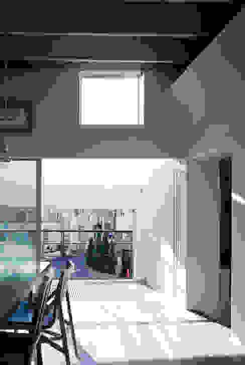 house which shares light Moderne Fenster & Türen von 津野建築設計室/troom Modern