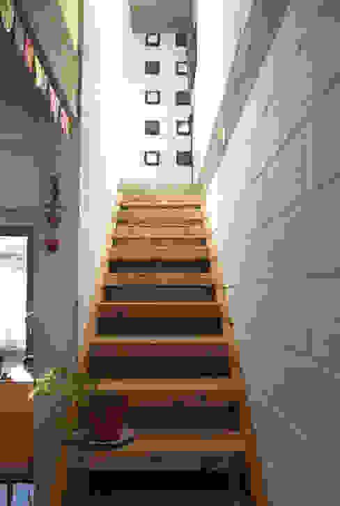 Casa La Blanca : Pasillos y recibidores de estilo  por MULA.Arquitectos,Industrial