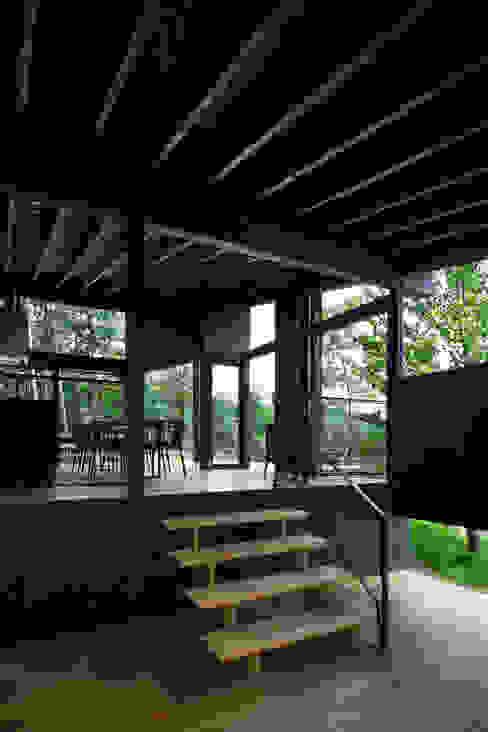 Ingresso, Corridoio & Scale in stile moderno di 設計組織DNA Moderno