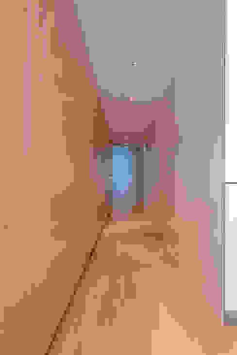 Pasillos, vestíbulos y escaleras de estilo minimalista de arctitudesign Minimalista