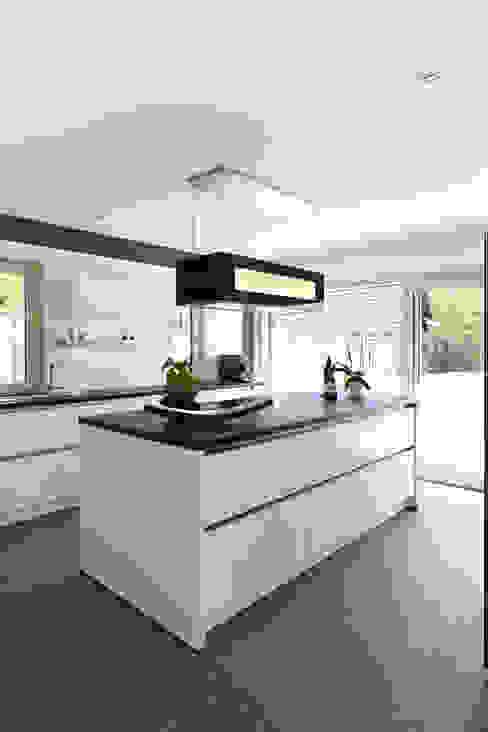 Cocinas de estilo  por Bau-Fritz GmbH & Co. KG, Moderno