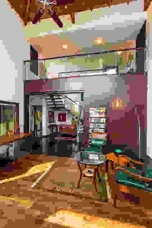 สไตล์ผสมผสาน ทางเดินห้องโถงและบันได โดย Kumar Moorthy & Associates ผสมผสาน