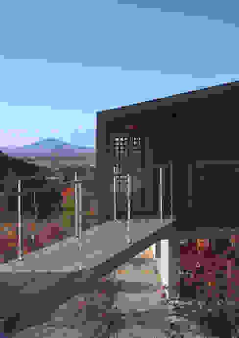 渡り廊下: TOSHIAKI TANAKA&ASSOCIATES/田中俊彰設計室が手掛けた家です。