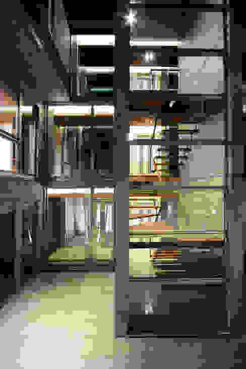 Eclectic style balcony, veranda & terrace by 田中一郎建築事務所 Eclectic