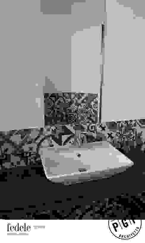 L'allusione alle graniglie, nel bagno al piano giorno. Bagno moderno di Fedele Studio Moderno