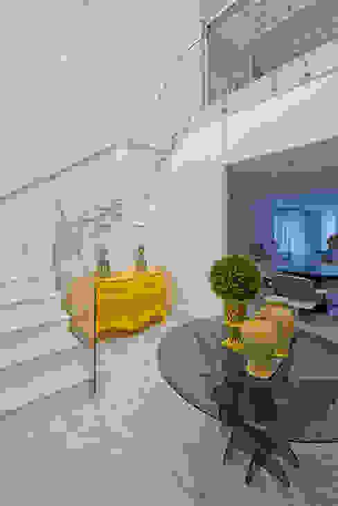 Pasillos y hall de entrada de estilo  por Samara Barbosa Arquitetura,
