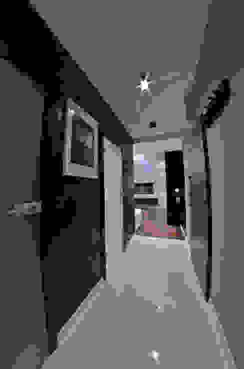 homify Nowoczesny korytarz, przedpokój i schody
