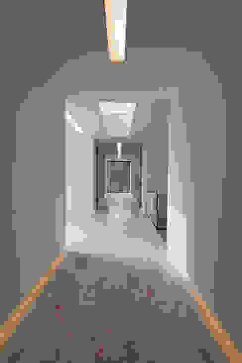 Corredores, halls e escadas modernos por 123DV Moderne Villa's Moderno