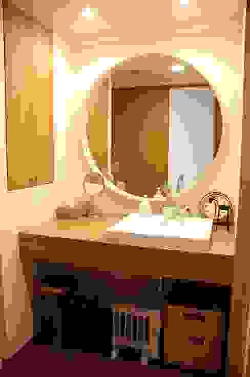 Banheiro  por 株式会社スタイル工房
