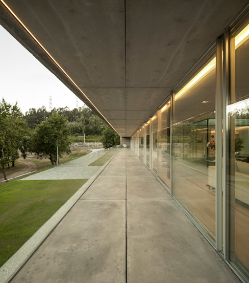 Sambade House Balcon, Veranda & Terrasse modernes par spaceworkers® Moderne