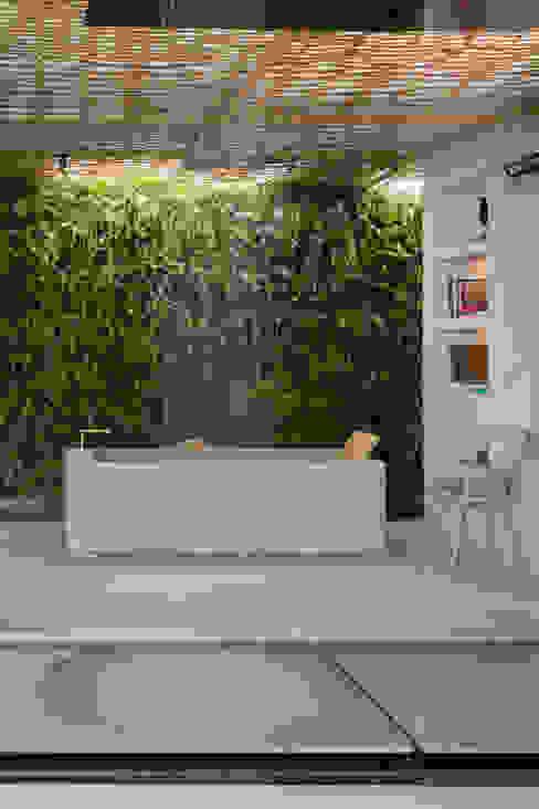 Baños modernos de Gisele Taranto Arquitetura Moderno