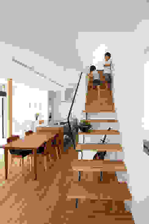 Moderne gangen, hallen & trappenhuizen van FCD Modern