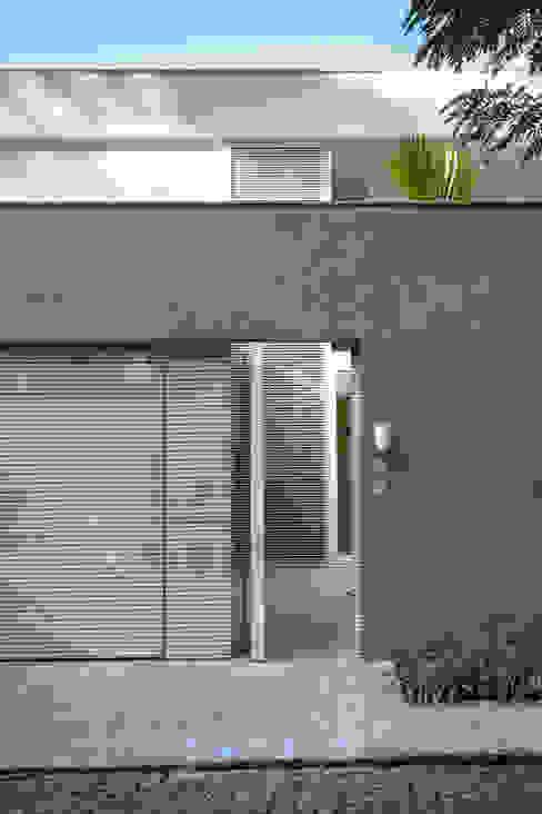 Mirante House Puertas y ventanas modernas de Gisele Taranto Arquitetura Moderno