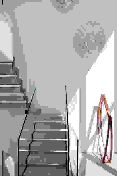 Mirante House Moderner Flur, Diele & Treppenhaus von Gisele Taranto Arquitetura Modern