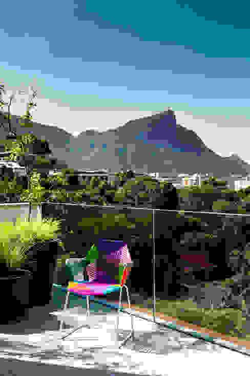Mirante House Modern style balcony, porch & terrace by Gisele Taranto Arquitetura Modern