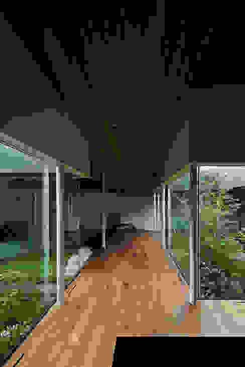 Pasillos y vestíbulos de estilo  por 石井秀樹建築設計事務所, Moderno