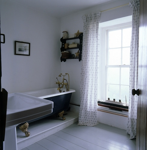 Welsh Farmhouse Badezimmer von Hackett Holland