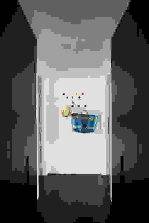 APTO ANTONIO CARLOS Corredores, halls e escadas ecléticos por Mauricio Arruda Design Eclético