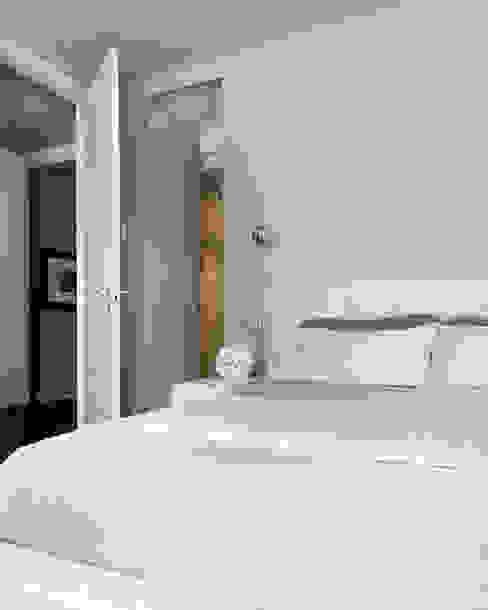 Modern Bedroom by Studio d'Architettura MIRKO VARISCHI Modern
